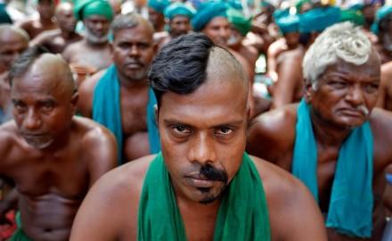 الهند:يحلقون رؤوسهم وشواربهم بطريقة غريبة اعتراضا على ضعف المساعدات الحكومية لهم خلال أزمة الجفاف